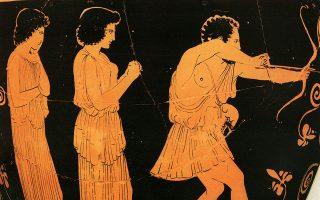 Πρωταγωνιστής και στα δύο ομηρικά έπη ο πολύτροπος βασιλιάς της Ιθάκης, εφευρέτης του διαχρονικού Δούρειου Ιππου, εικόνισμα αναφοράς του πλάνητος, ακουσίως πολυτάξιδου, πολυβασανισμένου με τα εμπόδια που όρθωναν στον νόστο του, σε στεριές και θάλασσες, θεοί και δαίμονες, τέρατα, γίγαντες και μελίρρυτες πλανεύτρες. Είκοσι χρόνια απουσίας από το αρχοντικό του, που είχε μετατραπεί, παρά την άμεμπτη, ηρωική, αντίσταση της συζύγου του, αρχετυπικής υφάντρας Πηνελόπης, σε άντρο ακολασίας από τον εσμό των νυχθημερόν οινόφλυγων μνηστήρων. «Σκυλιά που νομίζατε πως δεν θα γυρίσω, που μου αφανίζατε τα αγαθά, πλαγιάζατε με τις δούλες μου και γυρεύατε να κάνετε δική σας τη γυναίκα μου, ήρθε η ώρα να πληρώσετε», κεραυνοβόλησε ο Οδυσσέας. Ακολούθησε λουτρό αίματος, ορισμός εκατόμβης, που δεν χορταίνεις να (ξανα)διαβάζεις εφόσον παραμένεις πιστός στον νικητή. Συγκινητική η έμπρακτη συμπαράσταση, θεριό άνδρας πια, του Τηλέμαχου στον ξακουστό - «άγνωστό» του πατέρα. Η πιστή γερόντισσα Ευρύκλεια, τροφός του Οδυσσέα, με μνήμη ξυράφι, ενημέρωσε κατόπιν για όλα όσα έγιναν και τον ρόλο του καθενός εν τη απουσία του. Επάνω, ερυθρόμορφος σκύφος του 450 π.Χ., Βερολίνο Staatliche Museen – «Ελληνική Μυθολογία», Εκδοτική Αθηνών. Ο ευθύβολος εκδικητής τεντώνει το τόξο του σημαδεύοντας τους μνηστήρες, ενώ δύο υπηρέτριες προφυλαγμένες πίσω του παρακολουθούν αναμένοντας την τελική έκβαση της μάχης ώστε να λάβουν τη δέουσα θέση.