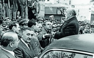 10.11.1952. Περιοδεία του Αλέξανδρου Παπάγου με τον Κωνσταντίνο Καραμανλή στον νομό Σερρών. Για περίοδο ένδεκα χρόνων, η δεξιά παράταξη κυβέρνησε τη χώρα με αυτοδυναμία. Φωτ. ΙΔΡΥΜΑ ΚΩΝΣΤΑΝΤΙΝΟΣ Γ. ΚΑΡΑΜΑΝΛΗΣ