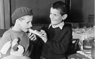 Δύο από τα παιδιά που δόθηκαν για υιοθεσία στις Ηνωμένες Πολιτείες την εποχή του Ψυχρού Πολέμου. (Αγνώστου φωτογράφου) Φωτ. ΒΙΒΛΙΟΘΗΚΗ ΤΟΥ ΚΟΓΚΡΕΣΟΥ