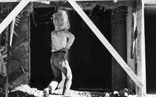 Τη δεκαετία του '60 δεν υπήρχαν γερανοί και οι οικοδόμοι κουβαλούσαν στον ώμο κουβάδες με τσιμέντο για να τους ανεβάσουν με τα πόδια στους πάνω ορόφους μιας οικοδομής. Φωτ. Α. ΔΡΥΜΙΩΤΗΣ