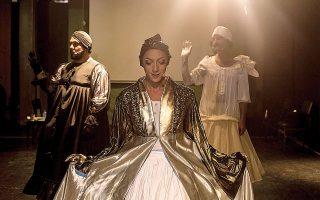 H παράσταση «Εθνικό ντεφιλέ» σε κείμενο και σκηνοθεσία του Παντελή Φλατσούση.