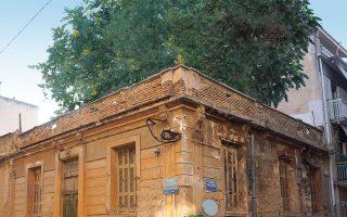 Μία από τις γοητευτικές παραμέτρους του φαινομένου των εγκαταλελειμμένων οικιών στις γειτονιές της Αθήνας είναι η επέκταση της φύσης, συχνά παρασιτικής, ενίοτε επεκτατικής, αλλά σχεδόν πάντα ποιητικής (φωτ. ΝΙΚΟΣ ΒΑΤΟΠΟΥΛΟΣ).