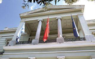 Μετά τη συνάντηση Δένδια - Τσαβούσογλου, η Αθήνα είχε εκφραστεί θετικά για το αποτέλεσμα των συζητήσεων, αλλά είχε επιφυλάξεις για τις επόμενες κινήσεις της Αγκυρας. Χθες, το υπουργείο Εξωτερικών της Τουρκίας επιβεβαίωσε την ελληνική πλευρά με την ανακοίνωση που εξέδωσε, στην οποία ανέφερε πως «οι αποφάσεις της Συνόδου σχετικά με την Κύπρο αποτελούν, ως συνήθως, επανάληψη των απόψεων του ελληνικού - ελληνοκυπριακού διδύμου. Με αυτή τη στάση, η Ε.Ε. αγνόησε για άλλη μια φορά τα ίσα δικαιώματα των Τουρκοκυπρίων. Οσο συνεχίζεται αυτή η στάση της Ε.Ε., δεν είναι δυνατόν να υπάρξει εποικοδομητική συμβολή στο Κυπριακό» (φωτ. INTIME NEWS).