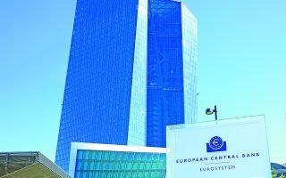 Κατά την «Αναθεώρηση στρατηγικής» της ΕΚΤ, που θα δημοσιευθεί το φθινόπωρο, μπορεί να ανακοινωθεί ότι το πρόγραμμα ποσοτικής χαλάρωσης θα γίνει πιο ευέλικτο. Η πρόσθετη ευελιξία, κατά τον αναλυτή της Société Générale, θα μπορούσε συνεπώς να σημαίνει, μεταξύ άλλων, και τη συνέχιση της αγοράς ελληνικών ομολόγων από την ΕΚΤ.
