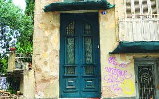 Στην οδό Κυνίσκας 19, κοντά στην πλατεία Βαρνάβα, επιζεί μια σελίδα του Μεσοπολέμου.   Φωτ. ΝΙΚΟΣ ΒΑΤΟΠΟΥΛΟΣ