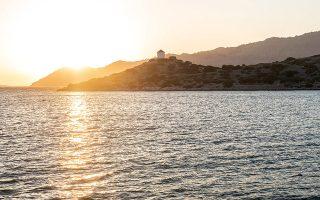 Παραλία δίπλα στη Μονή Πανορμίτη, Σύμη. © ΝΙΚΟΛΑΣ ΜΑΣΤΟΡΑΣ