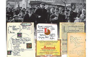 Ο Μ. Θεοδωράκης σε προεκλογική περιοδεία στη Δραπετσώνα τον Φεβρουάριο του 1964 (επάνω) και (κάτω) σχέδια λογοτύπων για το ΕΑΣ (Εθνικό Συμβούλιο Αντίστασης), σημειώσεις πάνω σε πακέτα τσιγάρων και παρτιτούρες που παρουσιάζονται στην έκθεση.