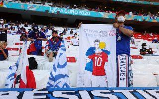 Στο παγκόσμιο κύμα συμπαράστασης στον Κρίστιαν Έρικσεν συμμετείχαν και οι φίλοι της εθνικής Γαλλίας, με έναν Γάλλο να κρατά πανό με τη μορφή του Δανού ποδοσφαιριστή να τον αγκαλιάζει ο Γάλλος αρχηγός Ιγκό Γιορίς και τις λέξεις: «Ο αρχηγός Ιγκό και ο κόσμος μαζί σου» (φωτ. Reuters).