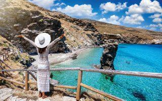 Η παραλία Της Γριάς το Πήδημα συγκεντρώνει πολύ κόσμο τόσο για τα καθαρά νερά όσο και για τη θέα του ψηλού κάθετου βράχου. © GETTY IMAGES/IDEAL IMAGE