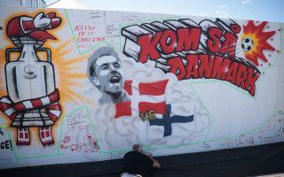 Οι Δανοί αφιέρωσαν έναν τοίχο σε fan zone στην Κοπεγχάγη για να απευθύνουν στον Κρίστιαν Έρικσεν τις ευχές για την υγεία του (φωτ.: Reuters).