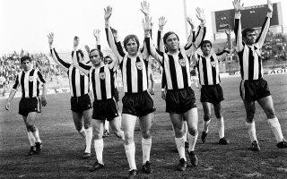 Γήπεδο Καραϊσκάκη, 23.5.1976. Η εξαιρετική ομάδα του ΠΑΟΚ της χρυσής εποχής χαιρετά τους φιλάθλους μετά τη νίκη της επί του Εθνικού με 0-4. Διακρίνονται οι  Αναστασιάδης, Τερζανίδης, Γούναρης, Αποστολίδης, Ιωσηφίδης και Πέλλιος. Φωτ. ΙΝΤΙΜΕ ΝΕWS