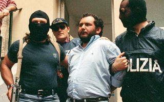 Η φωτογραφία αρχείου είναι από τη σύλληψη του «Γουρουνιού», του Ιταλού αρχιμαφιόζου Τζοβάνι Μπρούσκα, και την ανάκρισή του στο Παλέρμο της Σικελίας, το 1996 (φωτ. EPA).