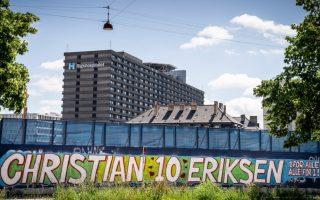 Οι Δανοί έχουν κάνει ένα καλαίσθητο γκράφιτι προς τιμήν του Κρίστιαν Έρικσεν ακριβώς έξω από το νοσοκομείο στο οποίο νοσηλεύεται σε καλή πια κατάσταση (φωτ.: ΕΡΑ).