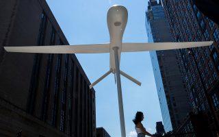 ena-terastio-stratiotiko-drone-pano-apo-ta-kefalia-ton-neoyorkezon-eikones-561391786