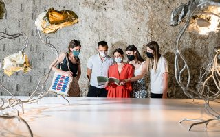 Η Adele Feruzzi, gallery manager της Carwan, εξηγεί στο γκρουπ την τεχνική του ντιζάινερ  Marcin Rusak. (Φωτογραφίες: ΒΑΓΓΕΛΗΣ ΖΑΒΟΣ)