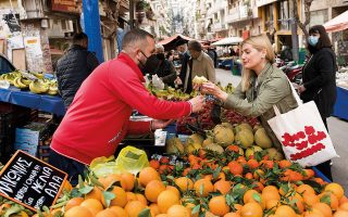 Πώς να συγκριθεί το βαρκελωνέζικο Las Ramblas ή το λονδρέζικο Borough Market με τη λαϊκή  των Εξαρχείων, που οι παραγωγοί της σε τρατάρουν και σε φροντίζουν; (Φωτογραφίες: ΒΑΓΓΕΛΗΣ ΖΑΒΟΣ)