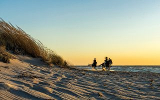Στο Μαρμάρι θα απολαύσετε το ηλιοβασίλεμα κάνοντας ιππασία στην αμμουδιά. (ΦΩΤΟΓΡΑΦΙΕΣ: ΠΕΡΙΚΛΗΣ ΜΕΡΑΚΟΣ)