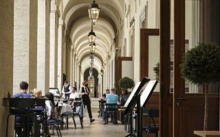 Από το Σάββατο θα επιτρέπεται η μουσική μόνο σε εξωτερικούς χώρους εστίασης, στους οποίους φιλοξενούνται μόνο καθήμενοι (φωτ. AP/Laurent Cipriani)