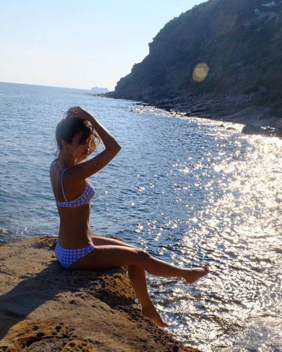 parisian-beach-look-pos-tha-ntytheite-san-pariziana-stin-paralia1
