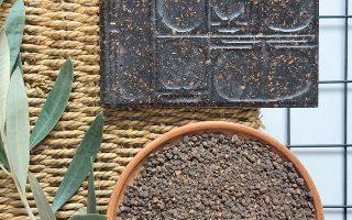 Διακοσμητικά πλακίδια για μικρές και μεγάλες επιφάνειες, χρηστικά είδη και έπιπλα μπορούν να κατασκευαστούν από το κουκούτσι της ελιάς (φωτ. KOUKOS DE LAB).