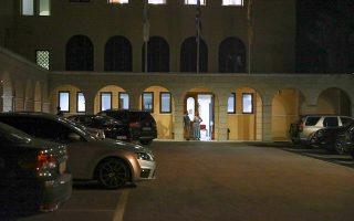 Σοκαρισμένος ο Αρχιεπίσκοπος Ιερώνυμος αποχωρεί, συνοδευόμενος από τον υπουργό Υγείας Βασίλη Κικίλια, από το Λαϊκό Νοσοκομείο, όπου νοσηλεύονται τέσσερις από τους επτά μητροπολίτες οι οποίοι δέχθηκαν χθες το απόγευμα την επίθεση ιερομονάχου με καυστικό υγρό μέσα στη Μονή Πετράκη (φωτ. INTIME NEWS).