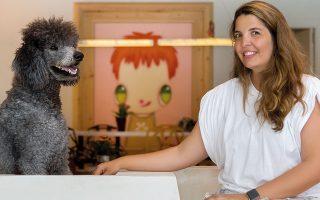 Η Μαρίνα Βρανοπούλου με τον σκύλο της, Ράμπο Μέγγουλη. Στο βάθος, πίνακας του Javier Calleja. Φωτ. ΑΛΙΝΑ ΛΕΦΑ