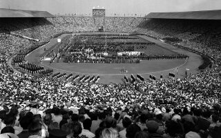 Στα 1948, το Λονδίνο μετρούσε ακόμη τις επιπτώσεις του Β' Παγκόσμιου Πολέμου. Η έναρξη των Ολυμπιακών Αγώνων πραγματοποιήθηκε στο στάδιο Γουέμπλεϊ και οι αθλητές έπρεπε να φέρουν τις δικές τους πετσέτες, ενώ στεγάζονταν σε σχολεία και στρατόπεδα βασιλικής αεροπορίας. Φωτ. AP