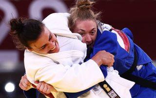 Η Ελληνίδα πρωταθλήτρια (αριστερά) αντιμετωπίζοντας τη Γερμανίδα Τζιοβάνα Σκοκιμάρι  (Φωτ. Reuters)