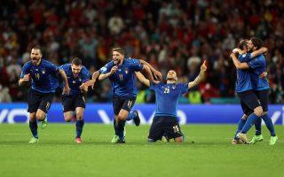 Οι Ιταλοί διεθνείς πανηγυρίζουν την πρόκριση τους στον μεγάλο τελικό του Ευρωπαϊκού Κυπέλλου. (Φωτ. EPA/Carl Recine/POOL)