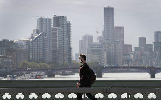 Η Βρετανία κατέγραψε χθες 42.302 νέα κρούσματα εντός 24 ωρών, τα περισσότερα από τον Ιανουάριο. Ο δήμαρχος του Λονδίνου ανακοίνωσε ότι οι μάσκες θα παραμείνουν υποχρεωτικές στα μέσα μαζικής μεταφοράς (φωτ. A.P. Photo / Matt Dunham).