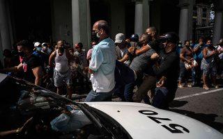 Σύλληψη διαδηλωτή στην Αβάνα. AP Photo/Ramon Espinosa