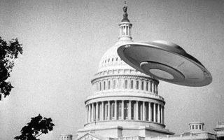 Το Καπιτώλιο των Ηνωμένων Πολιτειών δέχεται «αγνώστου ταυτότητας» επίθεση στην κλασική ταινία επιστημονικής φαντασίας του 1956, «Earth vs. the Flying Saucers» (ελλ. τίτλος: «Επιδρομή Ιπτάμενων Δίσκων»). Η εικόνα της Ουάσιγκτον σε κατάσταση εξωγήινης πολιορκίας αποτελεί την ίσως πιο χαρακτηριστική κινηματογραφική αποτύπωση της αμερικάνικης τρέλας με τους ιπτάμενους δίσκους της δεκαετίας του '50.