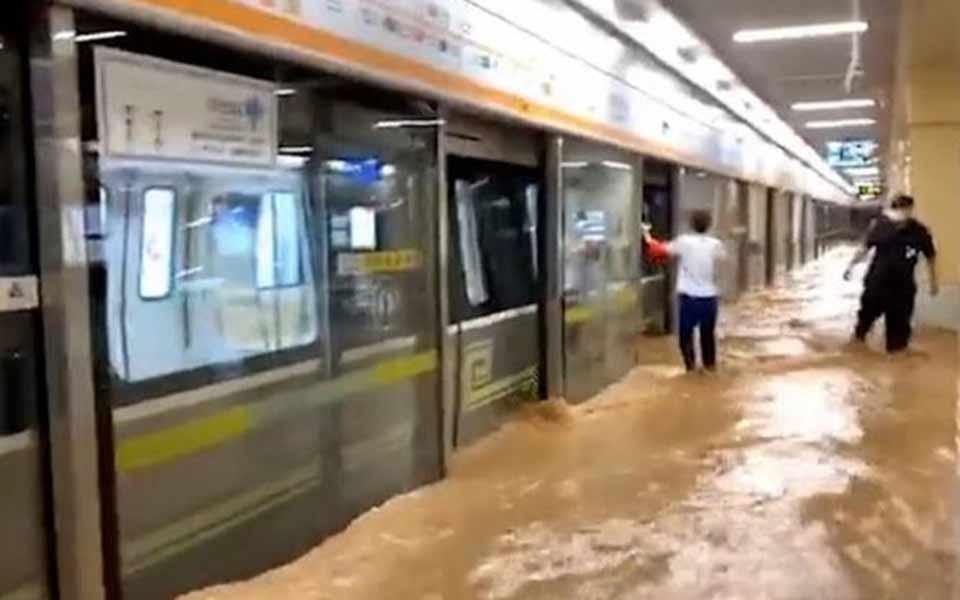 Κίνα: Σκηνές Αποκάλυψης στο μετρό από τις φονικές πλημμύρες (βίντεο)