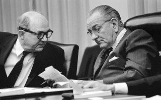 Το έντονο διπλωματικό παρασκήνιο που προκάλεσε η κορύφωση της κρίσης στο Κυπριακό και στις ελληνοτουρκικές σχέσεις το καλοκαίρι του 1964 φέρνει στο φως η «Κ». Στη φωτογραφία, ο Αμερικανός πρόεδρος Λίντον Τζόνσον (δεξιά) και ο υπουργός Εξωτερικών Ντιν Ρασκ.