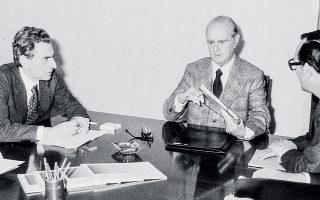 9 Μαρτίου 1977. Σύσκεψη οικονομικών παραγόντων στο υπουργείο Συντονισμού υπό τον πρωθυπουργό Κωνσταντίνο Καραμανλή, με αντικείμενο τις βιομηχανικές επενδύσεις. Αριστερά, ο υπουργός Συντονισμού Παναγής Παπαληγούρας, δεξιά, ο υπουργός Οικονομικών Γιάννης Μπούτος. (Φωτ. ΙΔΡΥΜΑ ΚΩΝΣΤΑΝΤΙΝΟΣ Γ. ΚΑΡΑΜΑΝΛΗΣ)