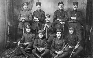Ελληνες αξιωματικοί και στρατιώτες του ιππήλατου πυροβολικού φωτογραφημένοι στην Κιουτάχεια το 1921.