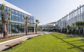 Το River West συνιστά τον πρώτο εμπορικό πόλο στην Ελλάδα, που συνδυάζει δύο διαφορετικές τάσεις, δηλαδή ένα συμβατικό εμπορικό κέντρο κι ένα εμπορικό πάρκο σε έναν ενιαίο χώρο.