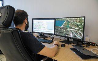 Αστυνομικός στο τμήμα Ψηφιακών Πειστηρίων της ΔΕΕ ανασυνθέτει την πορεία ενός drone που εμπλέκεται σε υπόθεση παρακολούθησης κρίσιμων υποδομών. (Φωτ. ΑΛΕΞΙΑ ΤΣΑΓΚΑΡΗ)