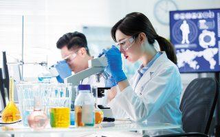 Οι έρευνες για τη δημιουργία «υπερεμβολίων» προχωρούν. Θα επιτίθενται όχι στην ακίδα, αλλά σε τμήματα της πρωτεΐνης του ιού, τα οποία επηρεάζουν το ανθρώπινο ανοσοποιητικό, χωρίς να μεταλλάσσονται, ακόμη και κάτω από «εξελικτική πίεση». (Φωτ. SHUTTERSTOCK)