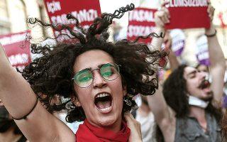 Γυναίκες διαδηλώνουν στην Κωνσταντινούπολη κατά της απόφασης αποχώρησης από μια σύμβαση την οποία είχε υπογράψει ο ίδιος ο Ερντογάν. (Φωτ. EPA)
