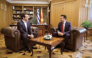 Ο πρόεδρος του ΣΥΡΙΖΑ, από το «Φόρουμ διαλόγου των Πρεσπών», δεν έβγαλε από το κάδρο της κριτικής του τον πρωθυπουργό της Βόρειας Μακεδονίας με αφορμή το θέμα της ποδοσφαιρικής ομοσπονδίας και την ονομασία που αναγραφόταν στη φανέλα των αθλητών. Στιγμιότυπο από παλαιότερη συνάντηση μεταξύ των κ. Τσίπρα και Ζάεφ. (Φωτ. INTIME NEWS)