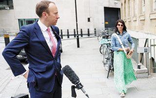 6 Ιουνίου 2021. Ο προ ημερών παραιτηθείς υπουργός Υγείας Ματ Χάνκοκ με τη βοηθό του Τζίνα Κολαντάντζελο έξω από την έδρα του BBC στο Λονδίνο. (Φωτ. REUTERS)