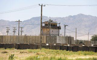 Η αεροπορική βάση Μπαγκράμ, η μεγαλύτερη βάση των ΗΠΑ στο Αφγανιστάν, κοντά στην Καμπούλ, εγκαταλείφθηκε χωρίς καμία προειδοποίηση από τους Αμερικανούς, την Πέμπτη, και μέσα σε λίγες ώρες λεηλατήθηκε από το πλήθος. (Φωτ. ASSOCIATED PRESS)