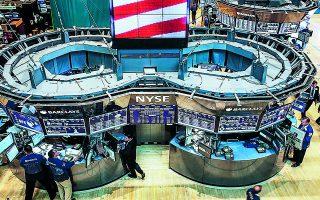 Τα περισσότερα διεθνή χρηματιστήρια κινήθηκαν ελαφρώς πτωτικά σε εβδομαδιαία βάση, σε αντίθεση με τους δείκτες S&P 500 και Nasdaq της Wall Street που παρέμειναν σε ανοδική πορεία, καταγράφοντας νέα ιστορικά υψηλά. Φωτ. Reuters