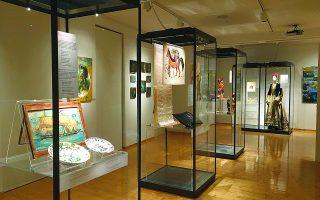 Αποψη της έκθεσης με αντικείμενα των συλλογών του μουσείου και της βασίλισσας Ολγας.