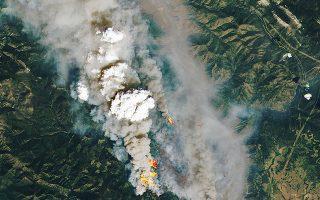 Αεροφωτογραφία της NASA από παραδομένα στις φλόγες δάση στον Καναδά. Μετά τον καύσωνα, πυρκαγιές σαρώνουν τη χώρα, ενώ κάηκε και μεγάλο μέρος του οικισμού Λίτον, όπου την Τρίτη ο υδράργυρος είχε αγγίξει τους 49,5° C. (Φωτ. )