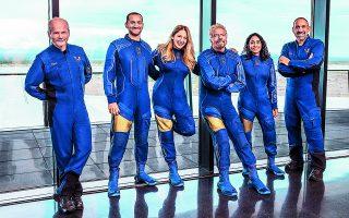 Ο Βρετανός Ρίτσαρντ Μπράνσον (στο κέντρο της φωτογραφίας) ανακοίνωσε πως θα πετάξει σε διαστημική αποστολή με το σκάφος της εταιρείας του, Virgin Galactic, στις 11 Απριλίου, εννέα ημέρες πριν από τον ανταγωνιστή του, Τζεφ Μπέζος, ιδιοκτήτη της Amazon.  EPA / VIRGIN GALACTIC