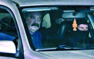 Ο φυγόποινος Χρήστος Παππάς μεταφέρεται με αυτοκίνητο της ΕΛ.ΑΣ., αμέσως μετά τη μεταγωγή του στο Εφετείο Αθηνών, προκειμένου να εκτίσει την ποινή του στις φυλακές Δομοκού. Φωτ. ΑΠΕ