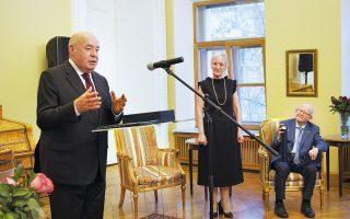 Ο Μιχαήλ Γεφίμοβιτς Σβιτκόι είναι ειδικός εκπρόσωπος του Ρώσου προέδρου Βλαντιμίρ Πούτιν για τη διεθνή πολιτιστική συνεργασία, συντονιστής των εκδηλώσεων του έτους Ιστορίας Ελλάδας - Ρωσίας. Στιγμιότυπο από την πρόσφατη παρασημοφόρησή του, στην ελληνική πρεσβεία στη Μόσχα, από την πρέσβειρα Αικατερίνη Νασίκα.