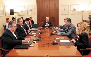 Ο Πρόεδρος της Δημοκρατίας Προκόπης Παυλόπουλος στο δραματικό συμβούλιο πολιτικών αρχηγών της 6ης Ιουλίου 2015. Δεξιά του, ο πρωθυπουργός Αλέξης Τσίπρας, ο πρόεδρος των ΑΝΕΛ Πάνος Καμμένος και ο γ.γ. του ΚΚΕ Δημήτρης Κουτσούμπας. Αριστερά του, ο προσωρινός πρόεδρος της Νέας Δημοκρατίας Βαγγέλης Μεϊμαράκης, ο επικεφαλής του Ποταμιού Σταύρος Θεοδωράκης και η πρόεδρος του ΠΑΣΟΚ Φώφη Γεννηματά. Τότε... (Φωτ. ΑΠΕ-ΜΠΕ / ΠΑΝΤΕΛΗΣ ΣΑΪΤΑΣ)